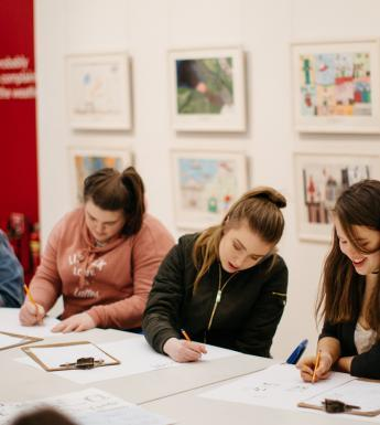 Teenagers drawing workshop. © National Gallery of Ireland.