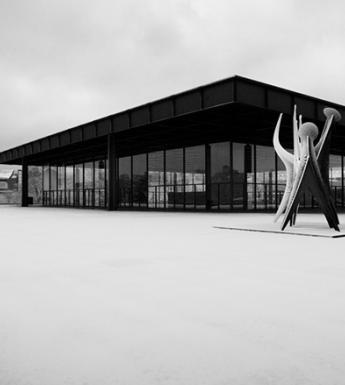 Black and white photo of the Neue Nationalgalerie Berlin in the snow.
